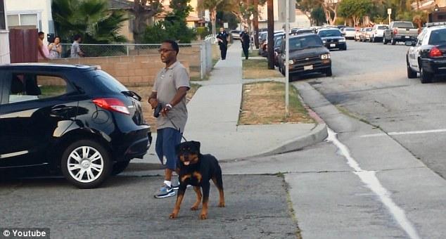 Dopo essere stato chiamato dalla polizia Rosby mette il cane in macchina per dimostrare la sua volontà di andarsene e le sue intenzioni pacifiche.