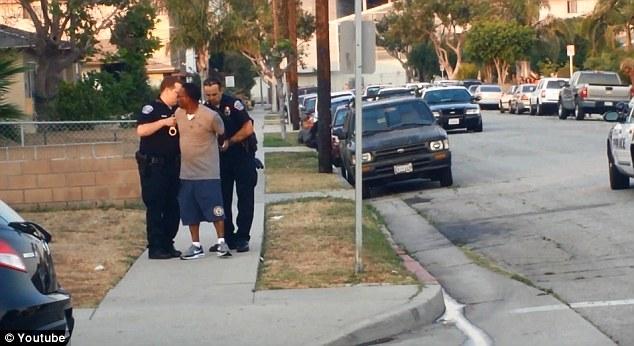 Rosby si fa arrestare dai poliziotti senza opporre resistenza.