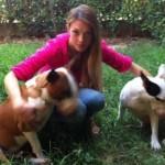 Ragazza picchiata insieme al suo cane