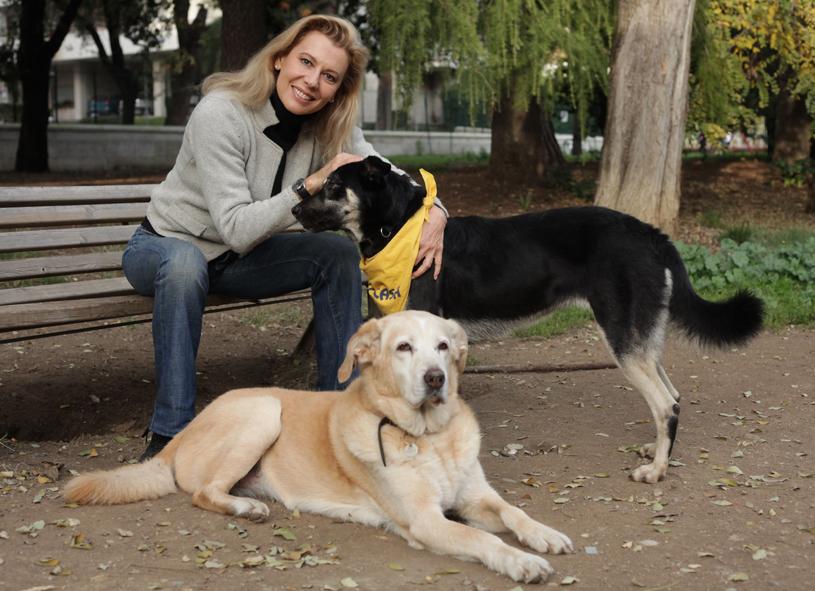 """Daniela Poggi, ex attrice e presentatrice di """"Chi l'ha visto?"""", oggi assessore comunale a Fiumicino, con i suoi due cani."""