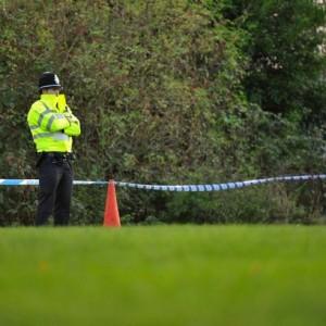 Avvertita la polizia e i medici prontamente intervenuti, la piccola è stata messa in sicurezza e portata in ospedale per le prime cure.